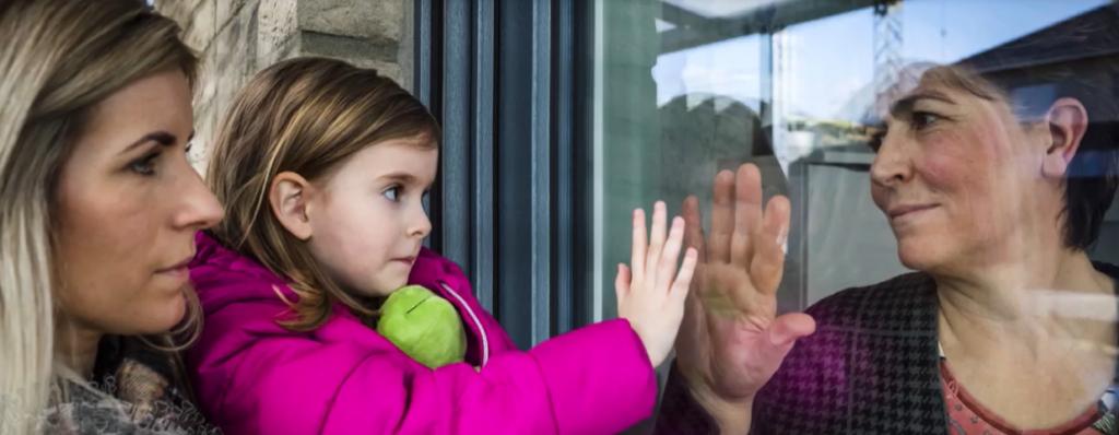 Historia që të thyen zemrën/ Covid-19 ndan gjyshen nga mbesa, takojnë duart te xhami i dritares